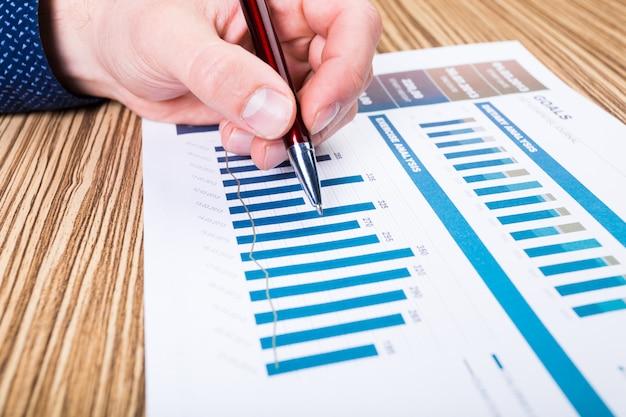 Zakenman analyseren investeringen grafieken