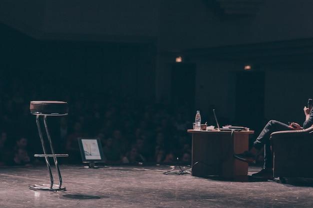 Zakenman beantwoorden van vragen tijdens zakelijke conferentie. zaken en onderwijs