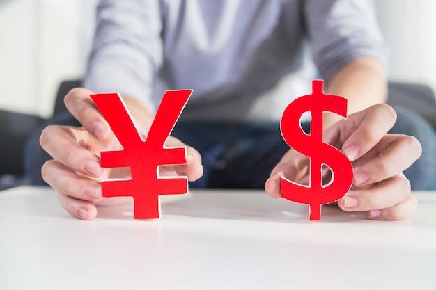Zakenman bedrijf dollar teken en cny teken