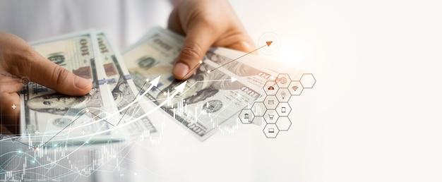 Zakenman beheert geld van de economische wereldcrisis bankwezen betaling en financiering van investeringen