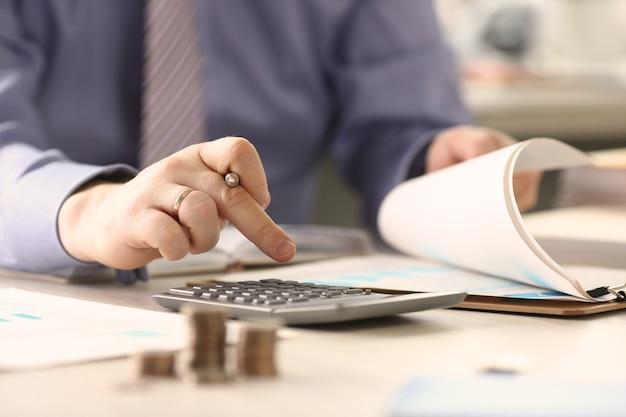 Zakenman belastingen berekenen