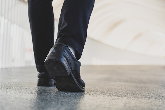 Zakenman benen lopen
