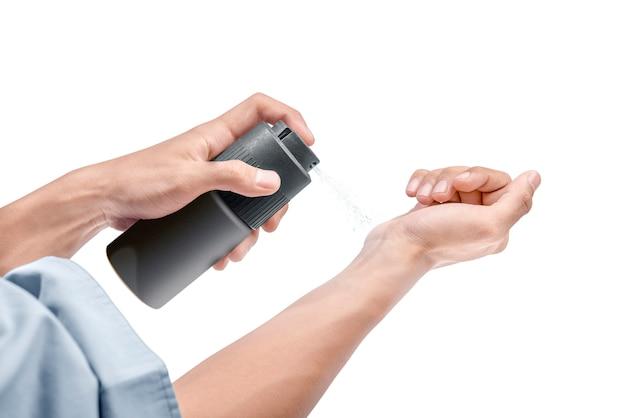 Zakenman bespuitend parfum op zijn handen
