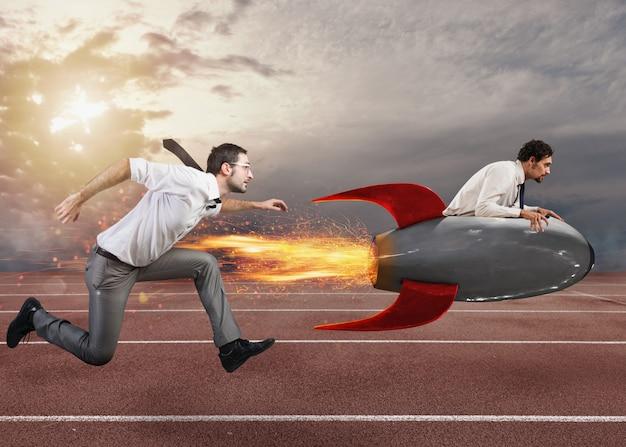 Zakenman bestuurt een snelle raket om een uitdaging te winnen