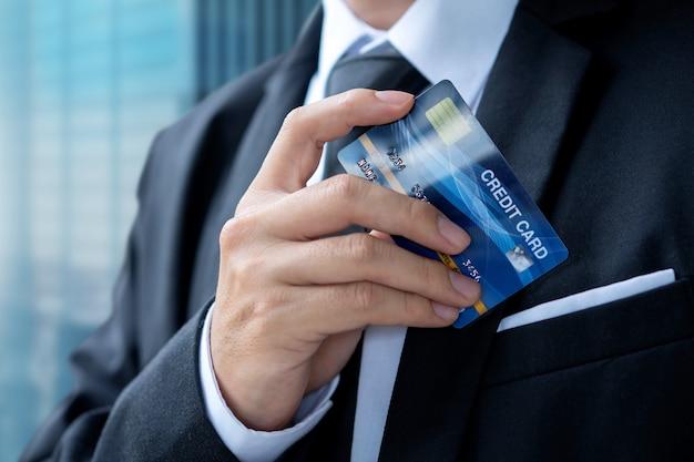 Zakenman betalen of winkelen met een creditcard