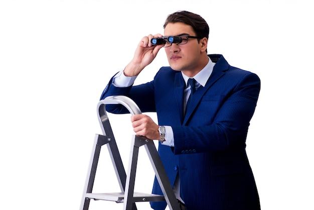Zakenman bovenaan ladder met verrekijker