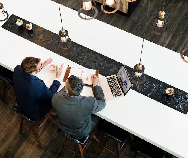 Zakenman cafe koffie collega's strategie concept