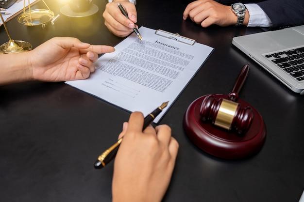 Zakenman close-up en mannelijke advocaat of rechter raadplegen teamvergadering met cliënt, wet en juridische diensten concept.