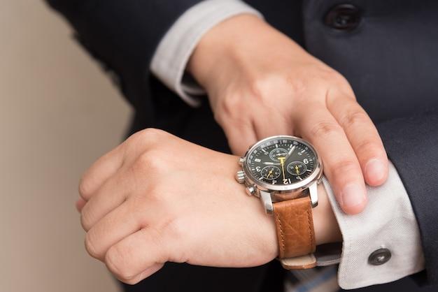 Zakenman controleert de tijd