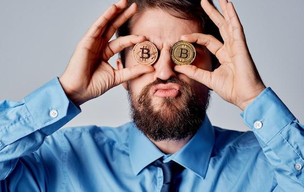 Zakenman cryptocurrency bitcoin in de buurt van gezicht emoties financiën technologie. hoge kwaliteit foto