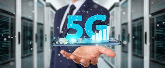 Zakenman die 5g-netwerk met mobiele telefoon gebruiken