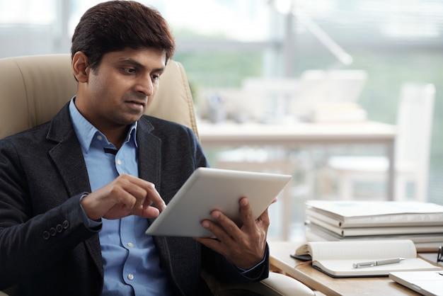 Zakenman die aan digitale tablet werkt