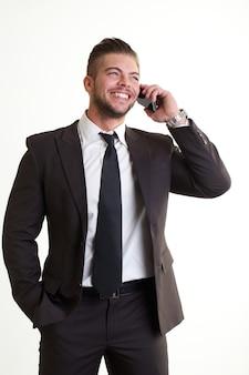 Zakenman die aan mobiel in bureau spreekt