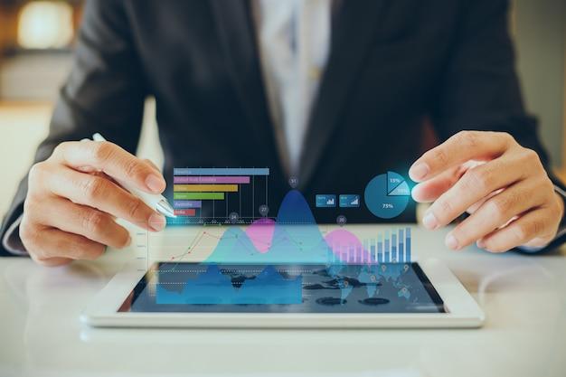 Zakenman die aan project voor swot werkt die bedrijfs financieel rapport analyseert.