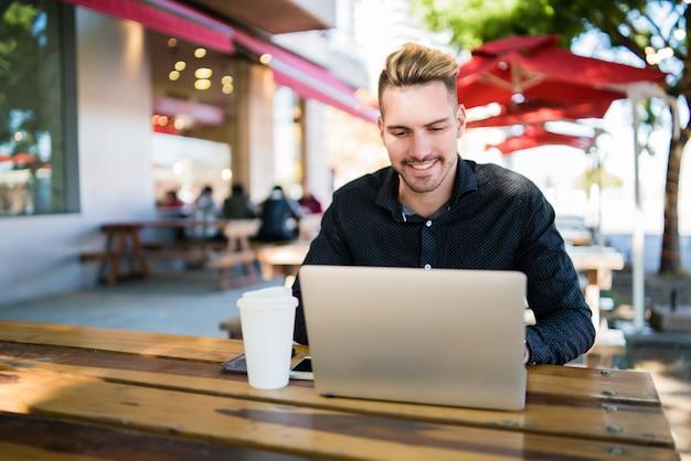Zakenman die aan zijn laptop werkt.