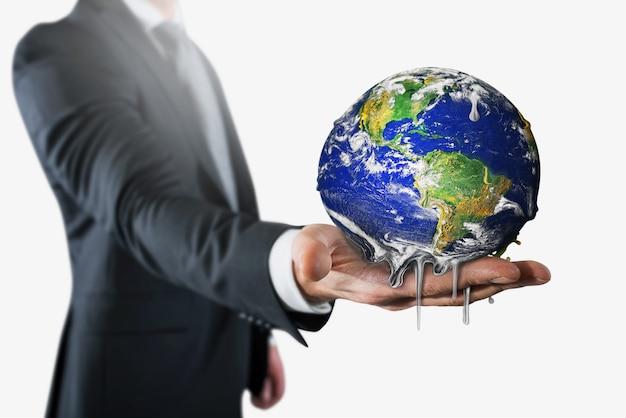 Zakenman die aarde houdt die smelt. stop de opwarming van de aarde
