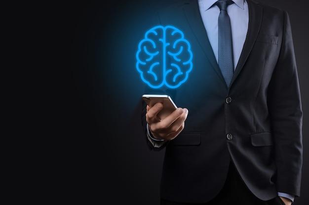 Zakenman die abstracte hersenen en pictogramhulpmiddelen, apparaat, communicatie van de klantennetwerkverbinding op virtuele, innovatieve ontwikkelingstechnologie van de toekomst, wetenschap, innovatie en bedrijfsconcept houdt.