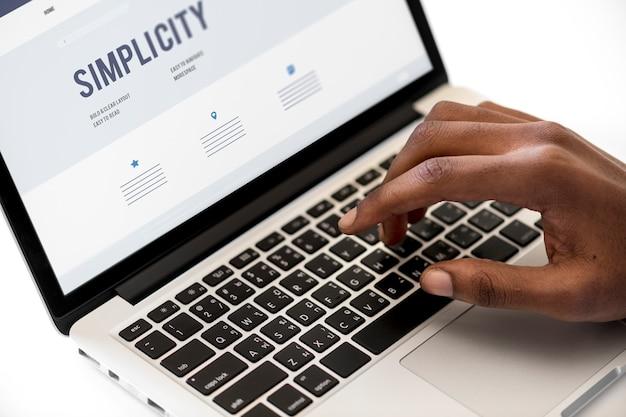 Zakenman die computerlaptop met behulp van op het werk