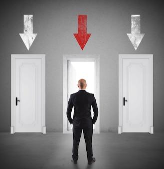 Zakenman die de juiste deur kiest om binnen te gaan