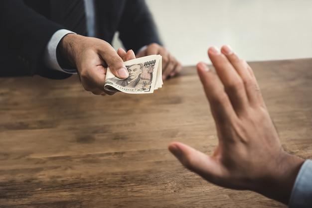 Zakenman die de munt van de geld japanse yen van zijn partner verwerpen