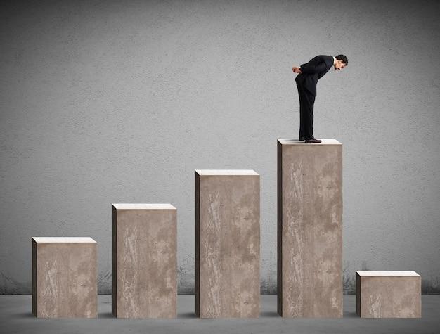 Zakenman die de prestaties van statistisch drastisch neerkijkt