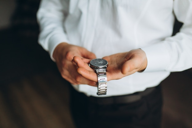 Zakenman die de tijd op zijn polshorloge controleert