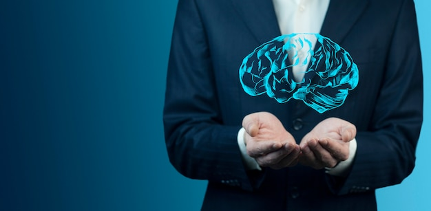 Zakenman die digitaal beeld van hersenen in palm houdt