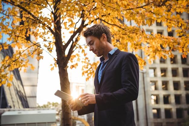 Zakenman die digitale tablet gebruiken