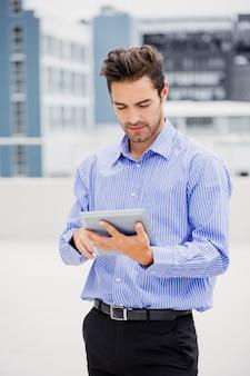 Zakenman die digitale tablet gebruikt