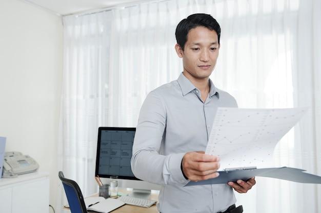Zakenman die documenten controleert