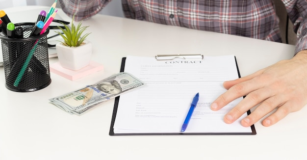 Zakenman die documenten leest tijdens vergadering, zakenpartner die contractvoorwaarden overweegt voordat hij ondertekent die de voorwaarden van het wettelijke contractrecht controleert