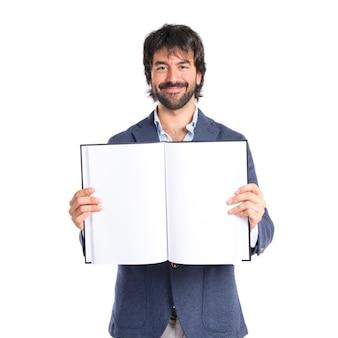 Zakenman die een boek over witte achtergrond leest