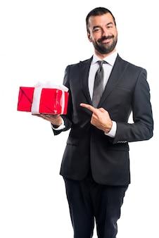 Zakenman die een cadeau houdt