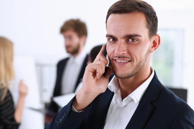 Zakenman die een conferentie telefonisch houdt