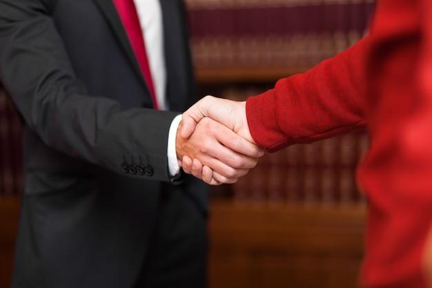 Zakenman die een handdruk geeft aan een klant