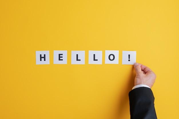 Zakenman die een hello-teken maken