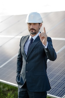 Zakenman die een keus ten gunste van zonne-energie maken.