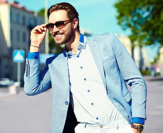 Zakenman die een kostuum in de straat in zonnebril draagt