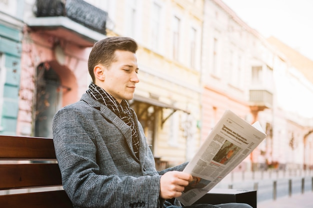 Zakenman die een krant leest