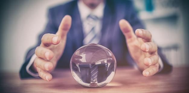 Zakenman die een kristallen bol voorspellen