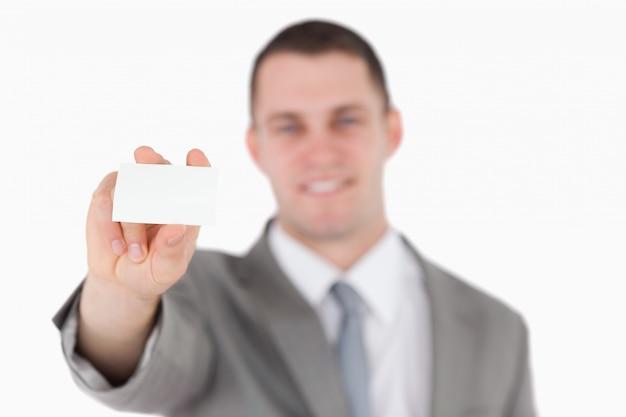 Zakenman die een leeg adreskaartje toont