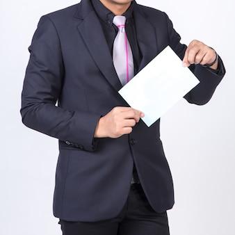 Zakenman die een leeg wit blad toont. concept voor het bedrijfsleven