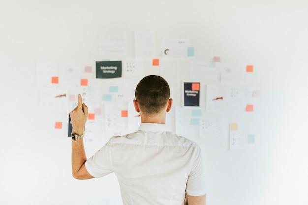Zakenman die een marketingplan controleert