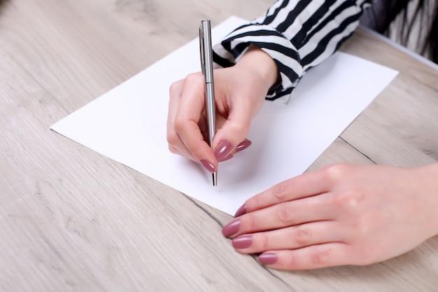 Zakenman die een nota in een leeg notitieboekje schrijft