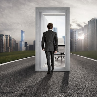 Zakenman die een open deur binnengaat in het midden van een weg die naar carrièresucces leidt