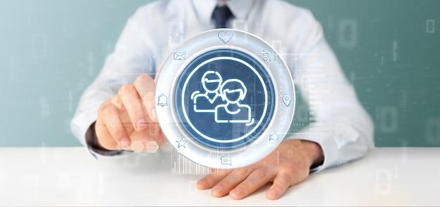 Zakenman die een pictogram van het sociale media netwerk contact