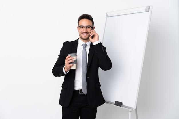 Zakenman die een presentatie op wit bord geeft
