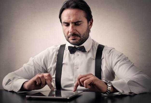 Zakenman die een tablet gebruikt