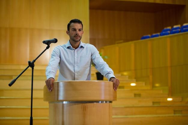 Zakenman die een toespraak houdt op conferentiecentrum