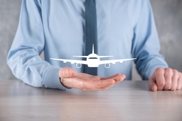 Zakenman die een vliegtuigpictogram in zijn handen houdt. online kaartaankoop. reizen.